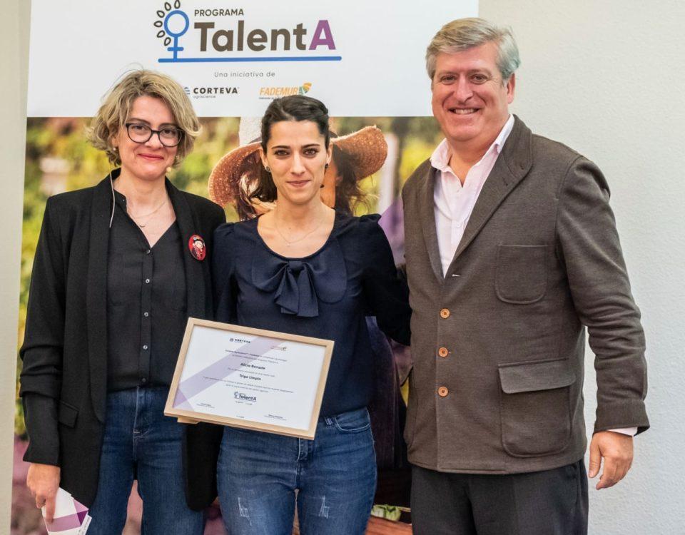 entrega de premios programa talenta Fademur a Alicia Benade manager de Trigo y Limpio