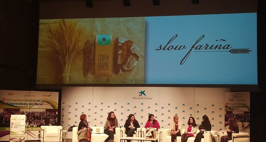 Encuentro estatal Ruraltivity Fademur de emprendedoras rurales. Presentación en escenario de Trigo y Limpio, slow fariña. Patrocinado por La Caixa